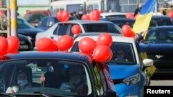 В Киев, където заради ограниченията масовите събирания бяха отменени, хората се качиха на колите си, за да отбележат 9 май