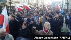 Тысячи жителей Варшавы вышли на улицы, чтобы выразить свое отношение к политике властей 13 декабря 2015