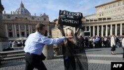 Femen-in fəalı Oleksandra Şevçenko Vatikanda, 6 noyabr 2011