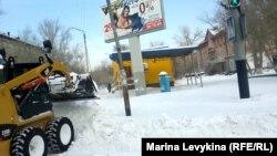 Уборочные машины чистят дороги. Семей, 26 декабря 2012 год.