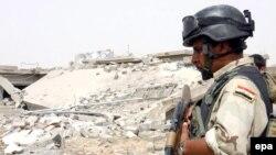 جندي عراقي يحرس موقع التفجير الانتحاري في تلعقر، 9 تموز 2009