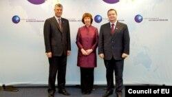 Премиерите на Србија и на Косово, Ивица Дачиќ и Хашим Тачи со шефицата за надворешна политика на ЕУ Кетрин Ештон