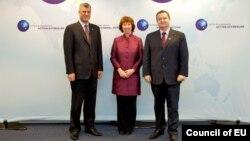 Хашим Тачі (л), Катрін Аштон (с) та Івіца Дачич (п) перед початком діалогу в Брюсселі