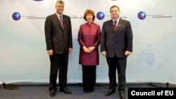 Премиерите на Косово и на Србија, Хашим Тачи и Ивица Дачиќ, со шефицата за надворешна политика на ЕУ Кетрин Ештон во Брисел.