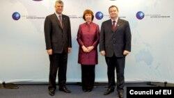 Премиерите на Србија и на Косово, Ивица Дачиќ и Хашим Тачи со со шефицата за надворешна политика на ЕУ Кетрин Ештон.