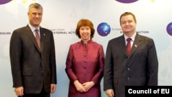 """EU foreign -olicy chief Catherine Ashton (center) expressed her """"great respect"""" for the Serbian and Kosovar prime ministers, Hashim Thaci (left) and Ivica Dacic, for being willing to talk."""