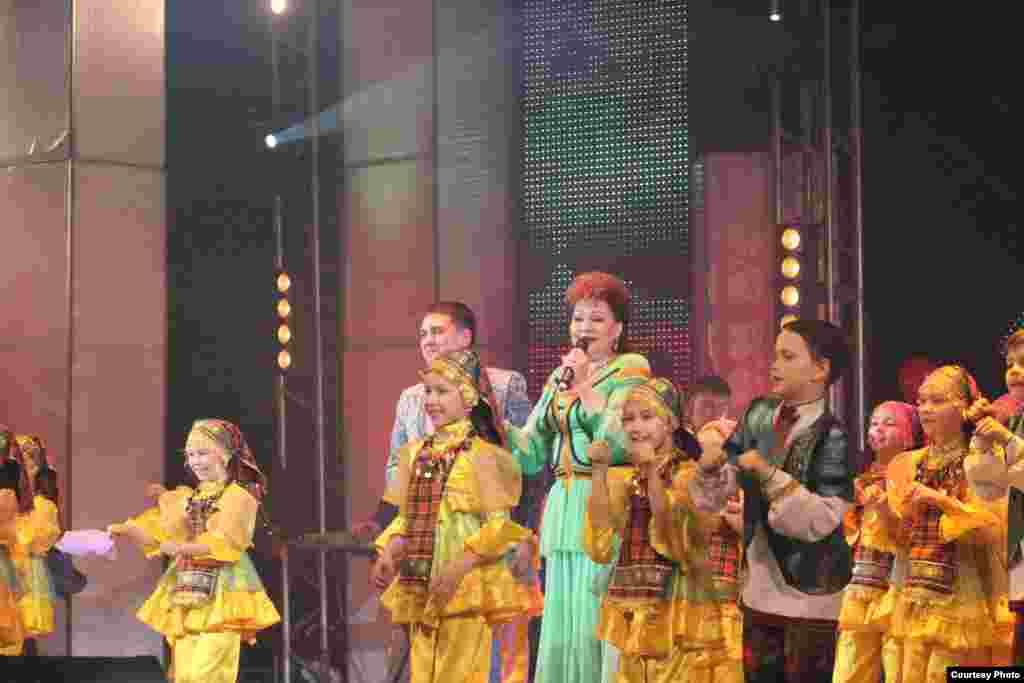 Русиянең халык артисты Хәния Фәрхи җырлаганда оныгы Әминә бии