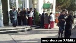 Очередь у банка, Лебапская область Туркменистана