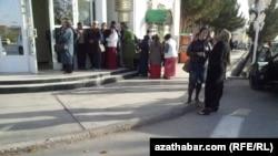 У здания банка, Лебапская область Туркменистана (архивное фото)