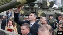 Мэр Киева Виталий Кличко на выставке военной техники в честь Дня защитника Отечества. Киев, 14 октября 2015 года.