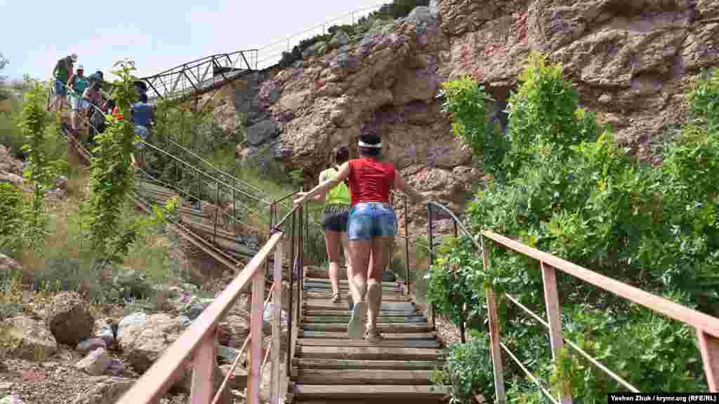 Остання ділянка дороги на пляж проходить зварними сталевими сходами, що мають 278 сходинок