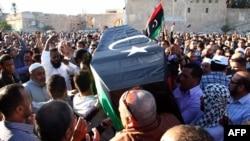 Ливиядағы қақтығыстардың бірінде қаза тапқан адамды жерлеу рәсімі. (Көрнекі сурет)