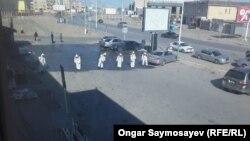 Работники в защитной одежде проводят дезинфекцию улицы. Кызылорда, 28 марта 2020 года.
