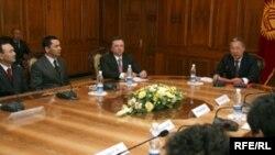 Омурбек Бабановтың (сол жақтан екінші) Қырғызстанның сол уақыттағы президенті Құрманбека Бакиевтің командасында болған кездегі суреті. 26 қаңтар 2009 жыл.
