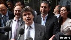 Ejup Ganić sa sinom Emirom i ćerkom Eminom, obraća se novinarima ispred Westminsterskog suda nakon donošenja odluke, 27. jul 2010.