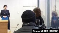 Судья зачитывает приговор Яне Есаковой, обвиняемой по делу о мошенничестве. Темиртау, 23 ноября 2015