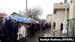 Несмотря на дождь у посольства России в Ашхабаде собрались сотни желающих проголосовать