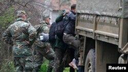 Ushtarët e Maqedonisë duke i vendosur në kamionë migrantët që sot në mënyrë ilegale e kaluan kufirin nga Greqia