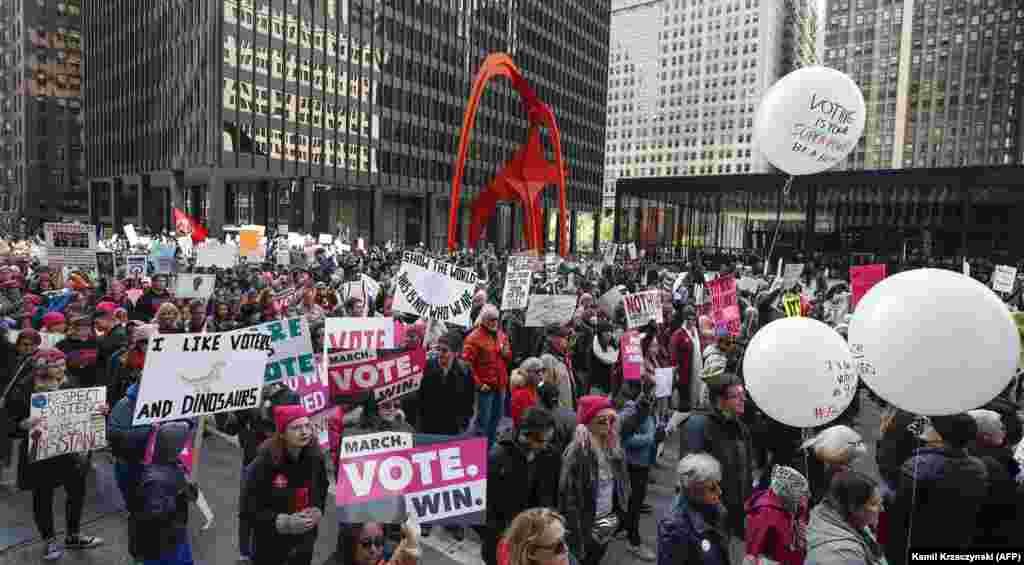 تظاهرات در شیکاگو برای تشویق مردم به رای دادن در انتخابات میاندورهای.