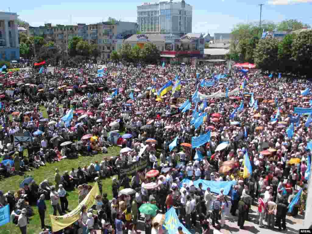 Крымские татары отмечают в Симферополе 65-ю годовщину массовой депортации