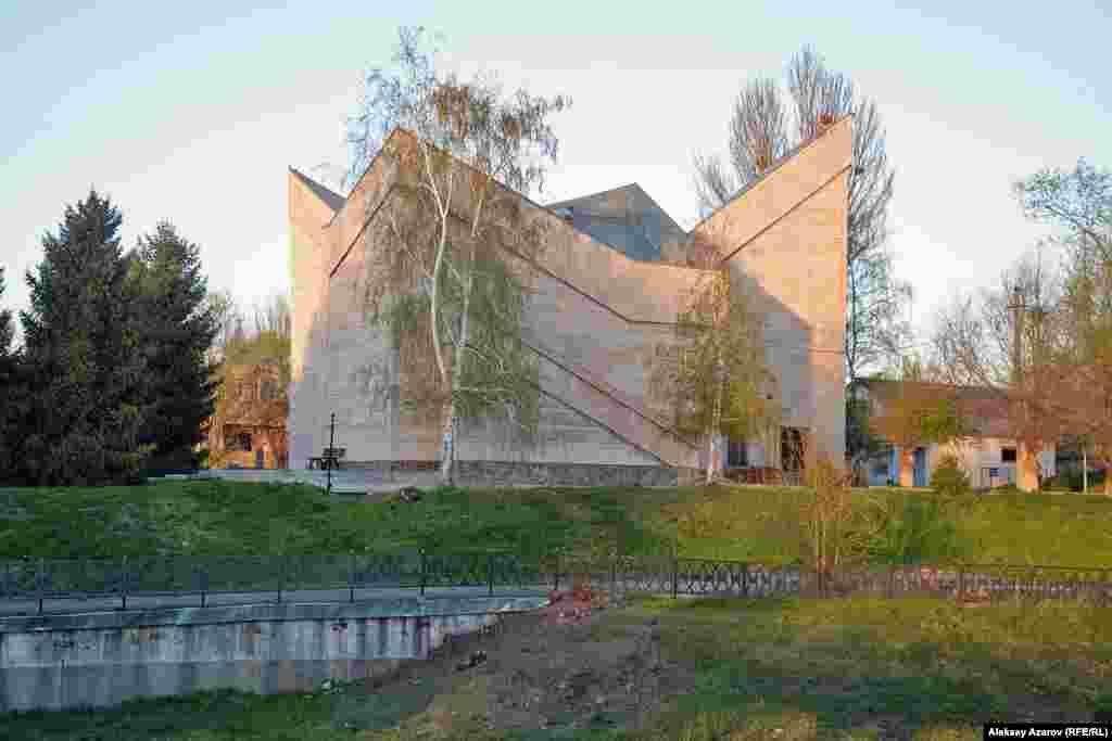 Мемориальный музей «Алтын-Эмель» был открыт 20 сентября 1985 года к 150-летию со дня рождения Чокана Валиханова. Вокруг музея – аккуратные зеленые лужайки, ели, березы. Перед главным входом высажены розы. С одной стороны музея – искусственный водоем, но без воды.