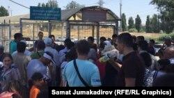 Кыргызско-казахская границе в день открытия таможенных границ между двумя республиками. 12 августа 2015 года, пункт пропуска «Ак-Жол».