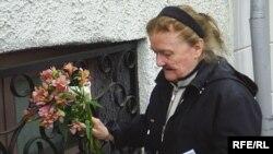 Ірына Міхайлаўна Быкава ўскладае кветкі да мэмарыяльнай дошкі Васіля Быкава ў Віцебску