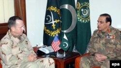 د امریکا د ګډو ځواکونو مشر ایډ مرل مایک مولن او د پاکستاني پوځ مشر اشفاق پرویز کیاني.