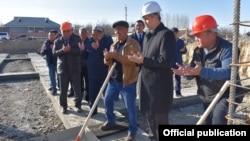 Полпред правительства в Баткенской области Акрам Мадумаров на церемонии закладки капсулы.