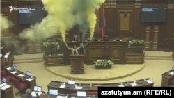 ԱԺ նիստերի դահլիճը մի քանի րոպե ծխի մեջ էր