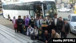 Омски вәкилләре бүләк ителгән автобус янында