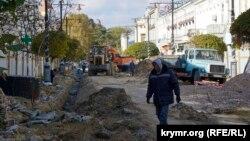 Рабочий на улице Карла Маркса в Симферополе