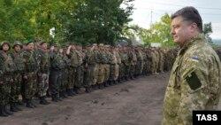 Ուկրաինայի նախագահ Պետրո Պորոշենկոն զինված ուժերի ստորաբաժանումներից մեկում, արխիվ