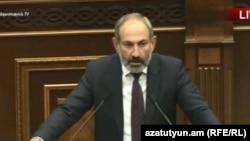 Кандидат в премьер-министры Армении Никол Пашинян выступает в Национальном собрании, Ереван, 1 мая 2018 г.