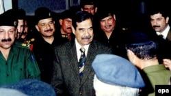 يکی از مسوولان عراقی که شاهد مراسم اعدام صدام حسين در بامداد روز ۳۰ دسامبر، ۹ دی ماه بود به خبرگزاری رويترز گفت «خيلی سريع اتفاق افتاد. صدام بلافاصله مرد.»