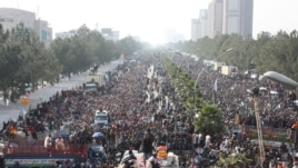 Supporters of moderate Pakistani preacher Tahir-ul Qadri on the third day of their protest rally in Islamabad, 16Jan2013