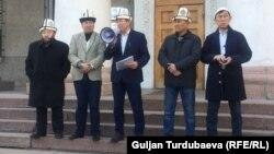 """Феминисттик марштан кийин Бишкек мэринин отставкасын талап кылган улутчул """"Кырк чоро"""" кыймылынын мүчөлөрү жана дин өкүлдөрү. 13-март, 2019-жыл."""