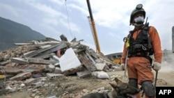 امدادگران همچنان در تلاش برای نجات قربانیان هستند. (عکس:AFP )