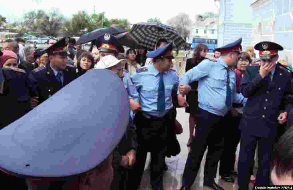 Полиция музейдің алдына жиналған адамдарды ығыстырып жатыр. Қарағанды облысы Долинка ауылы, 31 мамыр, 2011 жыл.