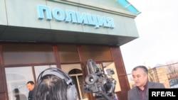 """Өмүрбек Текебаев Геннадий Павлюктун өлүмүнө байланыштуу тергөө ишинде Казакстандын полициясына күбө катары суралып чыккандан кийин журналисттердин суроолоруна жооп берүүдө. Казакстандын Кордой району, 2010-жылдын 25-марты. (GA, """"Азаттык"""")"""