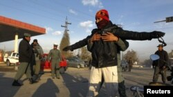 У перший день Лоя-джирґи на вулицях Кабула підсилили заходи безпеки. Підозрілих осіб обшукують