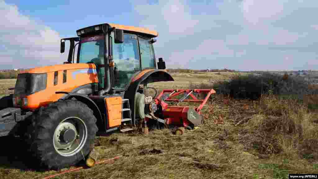 Но и она не может управиться с крымским кустарником. Этот трактор без колеса уже несколько дней стоит возле поворота на село Урожайное
