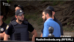 До поліції підходить Євген Дейдей
