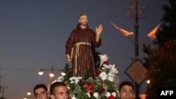 Верующие несут статую св. Франциска Ассизского