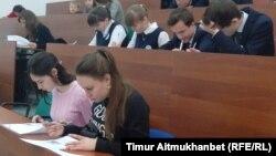 «Географиялық диктант» акциясына қатысушылар. Павлодар, 19 қараша 2016 жыл.
