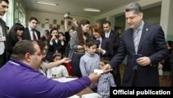 Премьер-министр Армении Тигран Саргсян на изибрательном участке, Ереван, 6 мая 2012 г. (Фотография - пресс-служба правительства Армении)