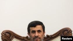 رئیس دولت دهم ایران، برای شرکت در شصت و پنجمین مجمع عمومی سازمان ملل، اجلاس «هزاره» و نشست «تقریب ادیان و گفتوگو برای صلح» از روز شنبه به نیویورک سفر کردهاست.