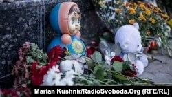 Другу добу до посольства Росії несуть квіти та іграшки (фотогалерея)