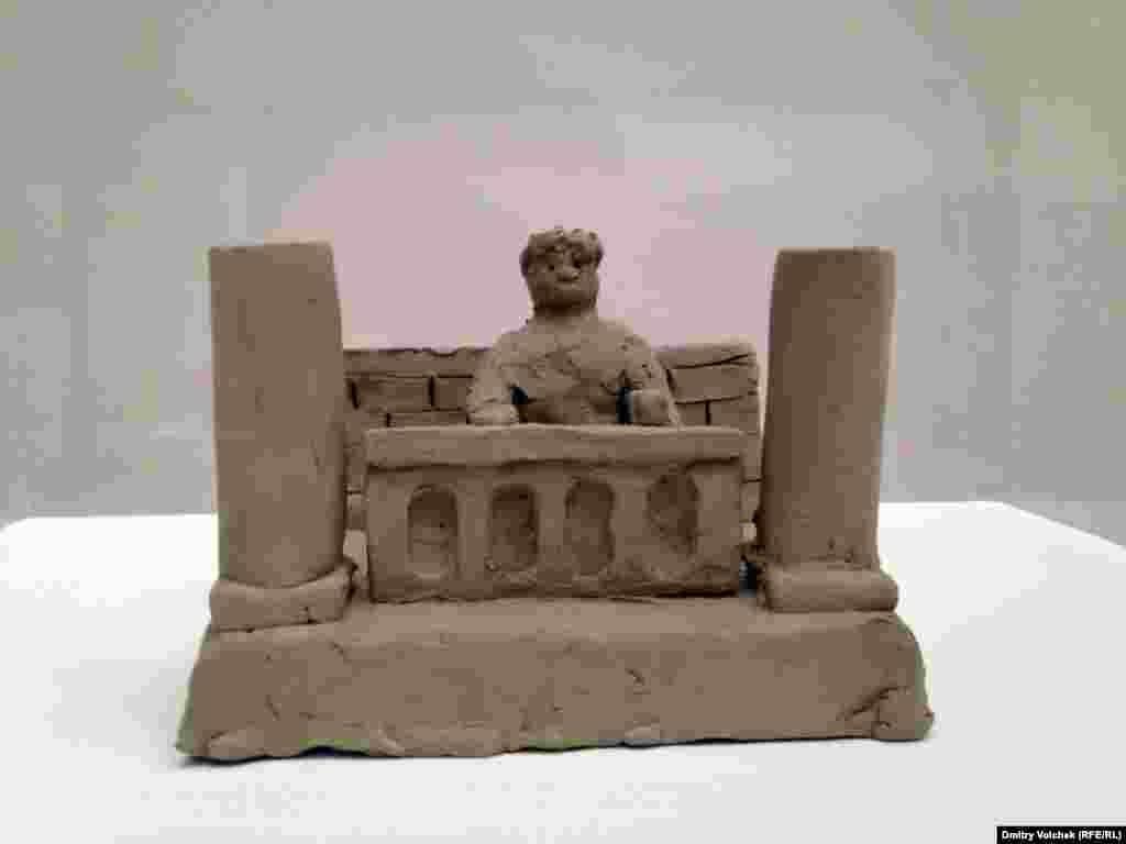 """Скульптура Петера Фишли и Давида Вайса """"Нерон смотрит на пожар Рима"""", Венецианская биеннале"""