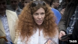 Journalist Yulia Latynina fled Russia after a suspected arson attack on her car. (file photo)
